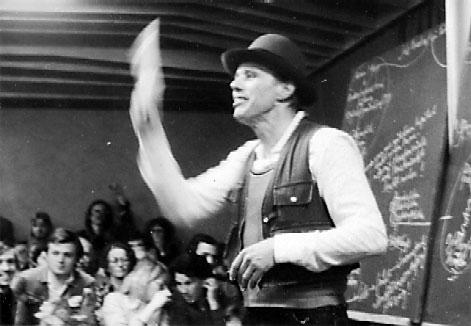 """Joseph Beuys on his lecture """"Jeder Mensch ist ein Künstler – Auf dem Weg zur Freiheitsgestalt des sozialen Organismus"""" photographed by Rainer Rappmann [de] in Achberg, Germany, 1978"""