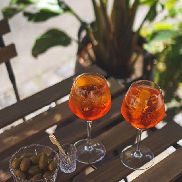 Hvad er bedre end at kunne sidde udenfor og nyde en forfriskende aperol? 💥 Mmm... Vi glæder os allerede til weekenden ☀️🍷 . #thereception #cocktailbar #vesterbro #copenhagen #cocktails #drinks #venue #bar