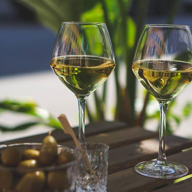 Kig forbi The Reception og nyd et glas vin eller cocktail udenfor i denne weekend 🍷🍹 . #thereception #cocktailbar #vesterbro #copenhagen #cocktails #drinks #venue #bar