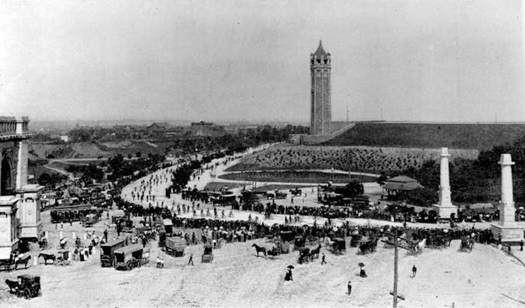 Bike parade 1895.jpg