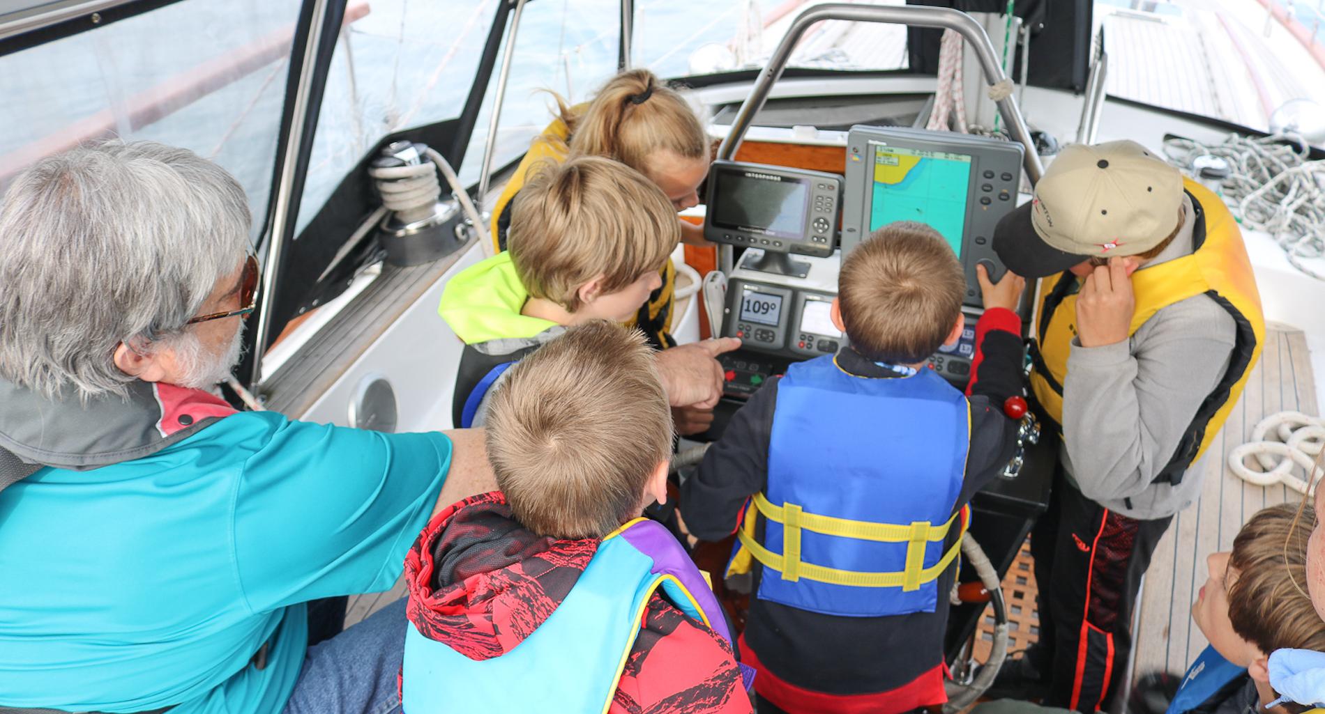 Gordy showing kids navigation 1900.png