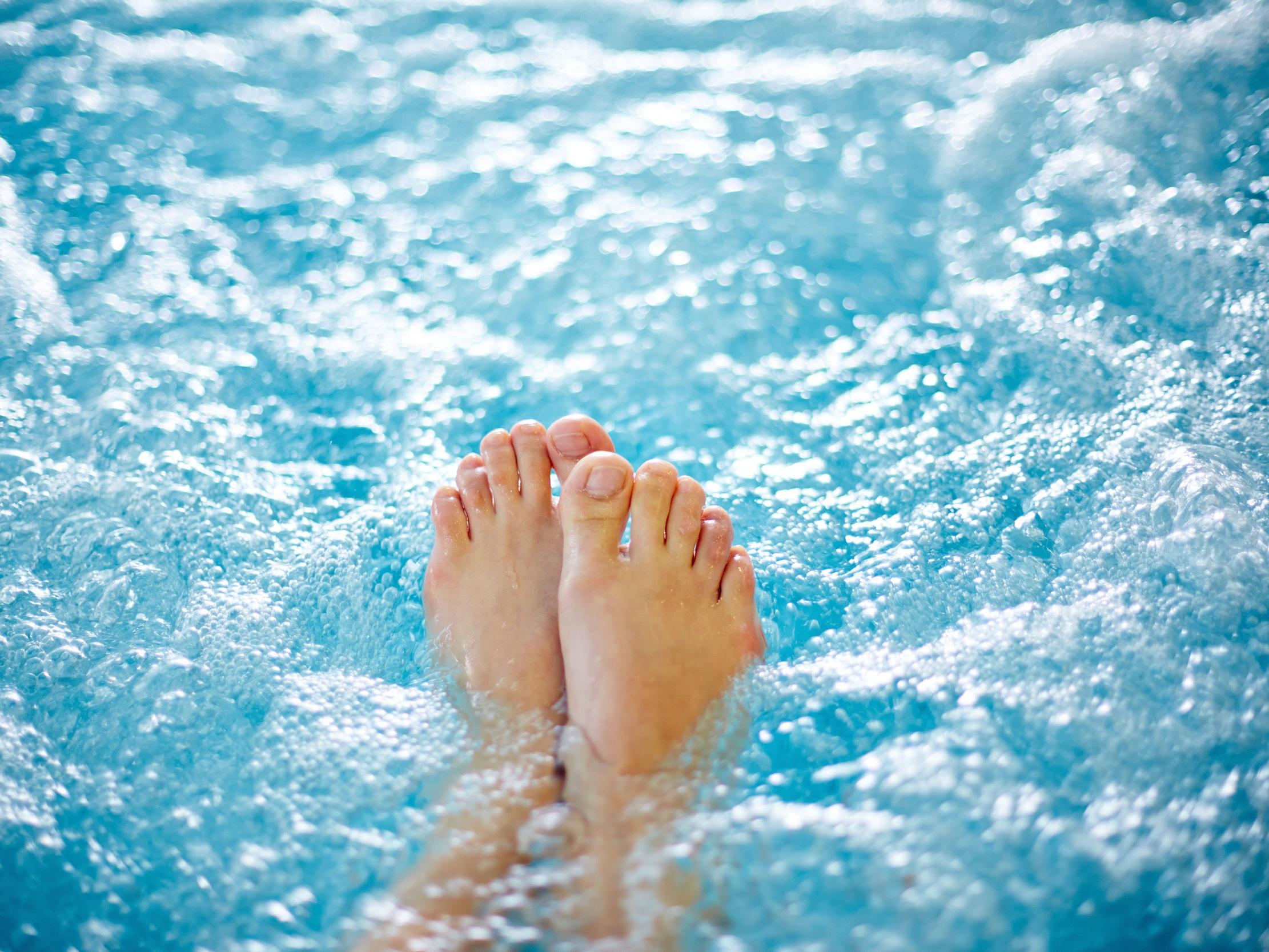 Douche sous marine Douche forte pression - SOINS DE RHUMATOLOGIECes deux soins sont effectués en piscine d'eau thermale avec jet à forte pression dirigé sur les zones du corps (33-35°C).Durée de chaque soin : 10minEffets décontracturants, myorelaxants.