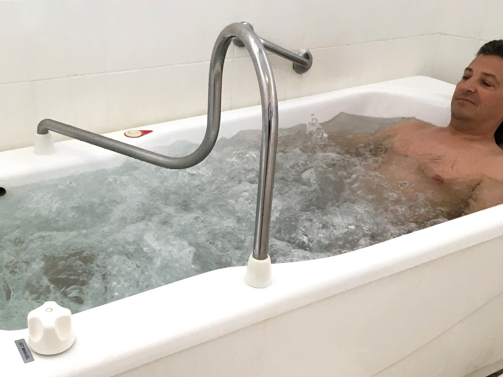 Aérobain - SOIN DE RHUMATOLOGIE / PHLÉBOLOGIEBain d'eau thermale parcouru de bulles d'air compressé (28-30°C). Soin individuel.Durée du soin : 10minEffets décontractants, drainants.