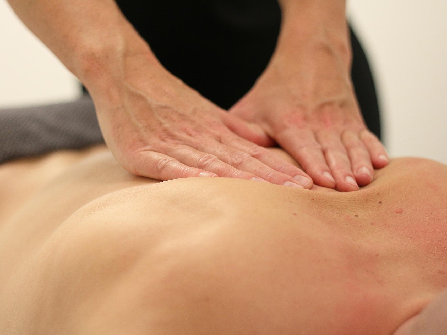 Massage - SOIN DE RHUMATOLOGIE / PHLEBOLOGIEMassage manuel du corps avec un baume à base d'eau thermale par un kinésithérapeute D.E.Durée du soin : 10minEffets : assouplissement des tissus, drainant.