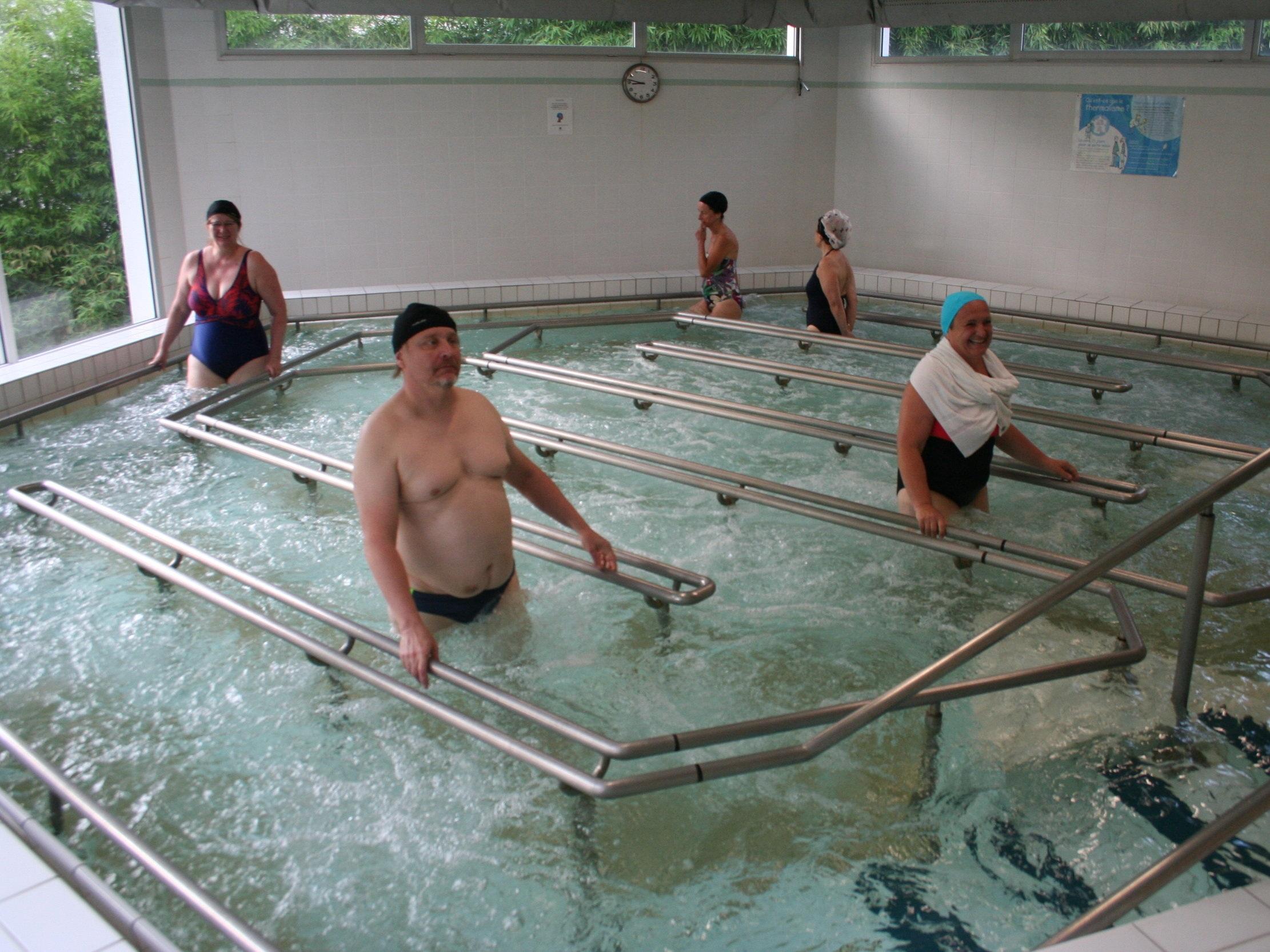 Parcours de marche - SOIN DE PHLÉBOLOGIEDéambulation dans une piscine d'eau thermale de 26 à 28°C parcourue de bulles d'air sous pression.Durée du soin : 20minEffets : favorise le retour sanguin, stimulation de la voûte plantaire.