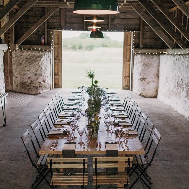 Intimate, cozy, and beautiful dinner parties just might be our favorite of all! 🖤  Design: @therevelrose  Photo: @joshhartmanphotography  Venue: @caterleelanau
