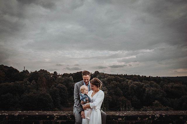 Little Wedding Family 👰🏼🤵🏼👶🏼 Auch wenn unser Shooting mit Nadine&Mike nicht lange gedauert hat, weil der kleinen Maus kalt war und sie zusätzlich noch hunger hatte…😂😂 Aber sie hat sich tapfer geschlagen und konnte so auch noch mit ihren Eltern ein paar schöne Fotos abstauben, die sie sich später bestimmt gern anschauen wird.😍📷 ——————————————————— #bohowedding#boho#vintagewedding#bridetobe #bridetobe2020#wedding#dirtybootsandmessyhair #bohobride #bohogroom#bride#wedding2019 #bohobride #love#instabride#weddinggoals #weddinglocation#loveandwildhearts#weddinginspiration#hochzeit#verlobung #hochzeitsfotrograf#liebe#standesamt #hochzeitsfotografnrw #hochzeitsfotografdortmund #hochzeitsfotografbochum #hochzeitsfotografessen  #hochzeitsfotografallgäu #hochzeitsfotografkempten #hochzeitsfotograffüssen