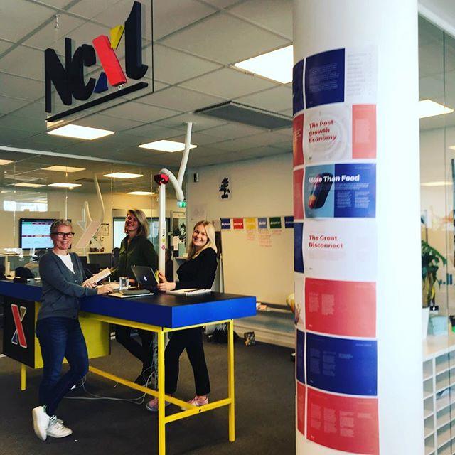 Tre supermedarbetare och en härlig reklamstolpe! Om du inte kan läsa vår trendanalys som sitter uppklistrad på stolpen så hittar du den på https://www.bonnierislands.se #innovation #bonniernewsnext #trends
