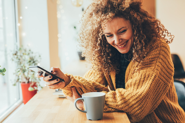 19-Pretty-woman-texting-on-the-phone-917971216_6720x4480.jpg