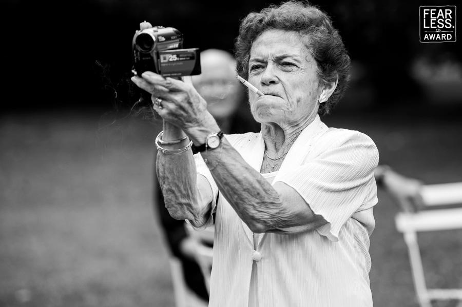 Fearless award vieille mamie qui fume avec caméra