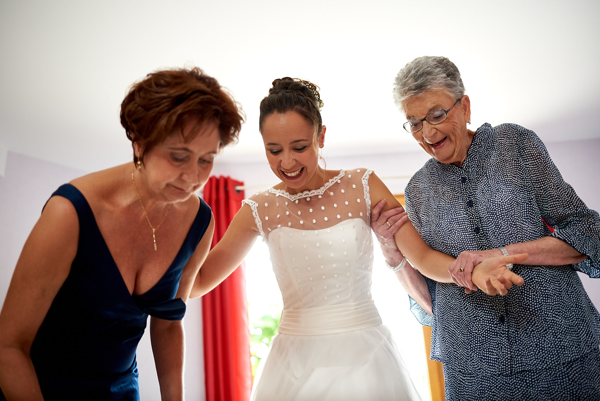 L'habillage - Mariage en Auvergne au château de Miremont | Lison et Fabien | Photographe de mariage à Clermont-Ferrand