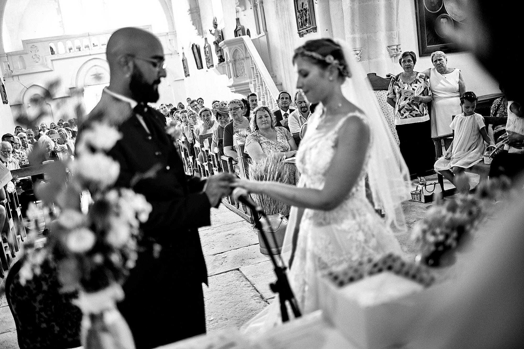 Photographe de mariage à Auxerre en Bourgogne-Franche-Comté | A l'église