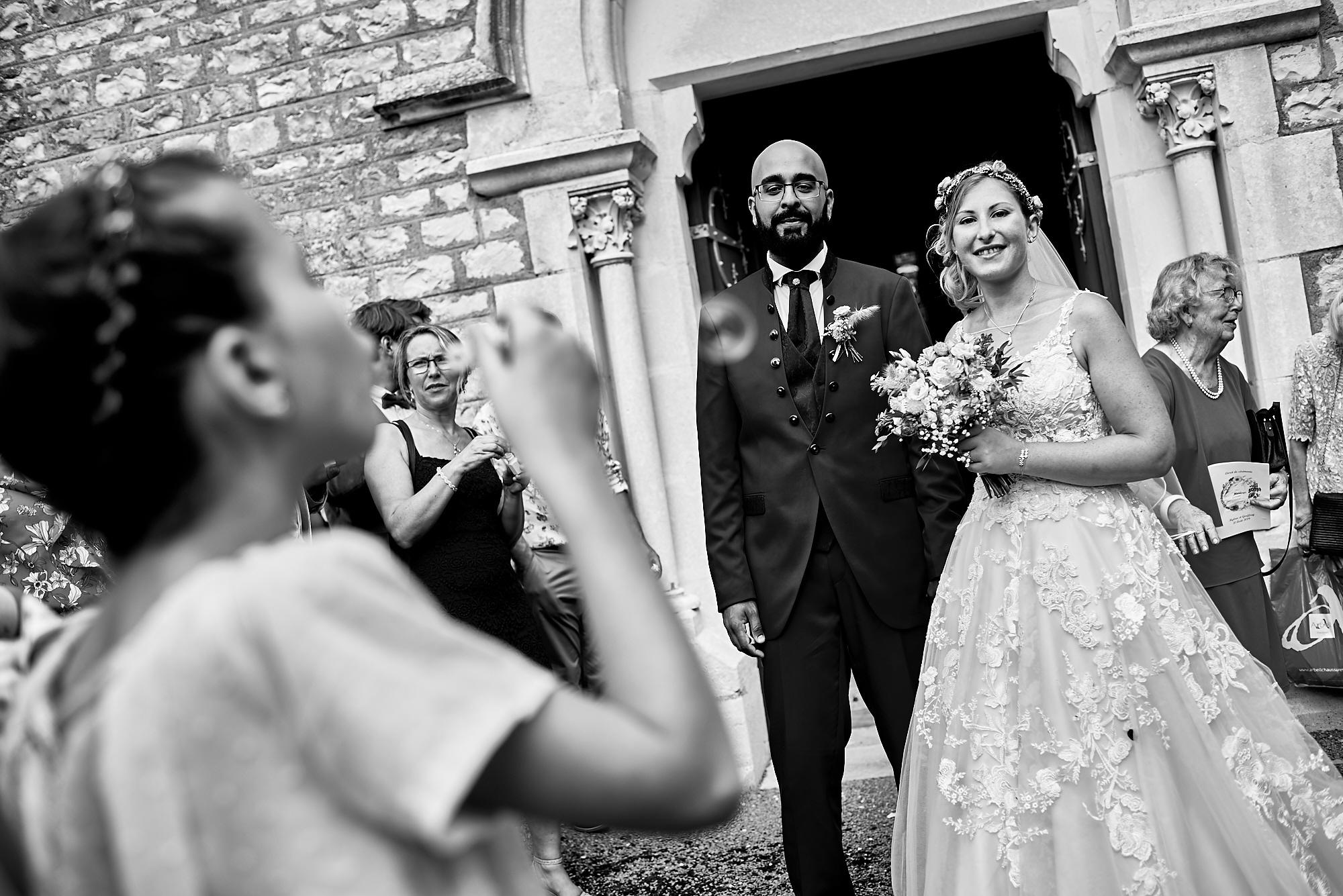 Photographe de mariage à Auxerre en Bourgogne-Franche-Comté | Sortie des mariés à l'église
