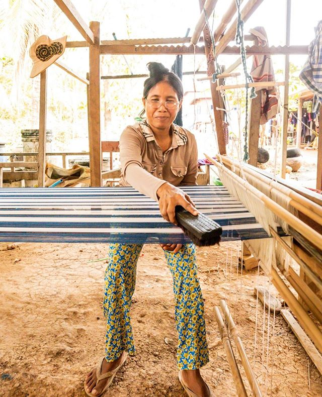 Scarf making magic in Cambodia @aktravels_usa ⁣ ⁣ #cambodia #craft #artisans #scarfs #travels