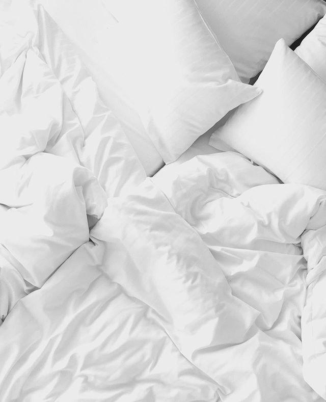 🌸 Schlaf dich schön 😴 ⠀ Um eine optimale Anti-Aging Wirkung zu erzielen, solltest du 7-8 Stunden pro Nacht schlafen. Im Schlaf läuft der Regenerationsprozess der Zellen auf Hochtouren & der gesamte Organismus erholt sich. Abwehrkräfte werden gestärkt, außerdem erneuern sich Haut, Nägel und Haare.  💎 Nimm unser Skin Glow Beauty Pulver am besten vor dem Schlafengehen, damit sich deine Haut perfekt regenerieren kann & du morgens mit einer strahlenden Haut aufwachst 💎  Schönen Feierabend & eine erholsame Nacht wünscht Dir Her1 🤗     #sleeping #health #bed #dreaming #bedtime #rest #love #productivity #keepgoing #makeithappen #dailyroutine #womanpower #selfimprovement #rituals #motivationdaily #hustlehard #upgradeyourlife #successfulliving #fokus #balance #habits #routineoftheday #schweinehund #goforit #letsgetstarted #ganzheitlich #routines #selbstbestimmt #mindbodysoul #anfangen
