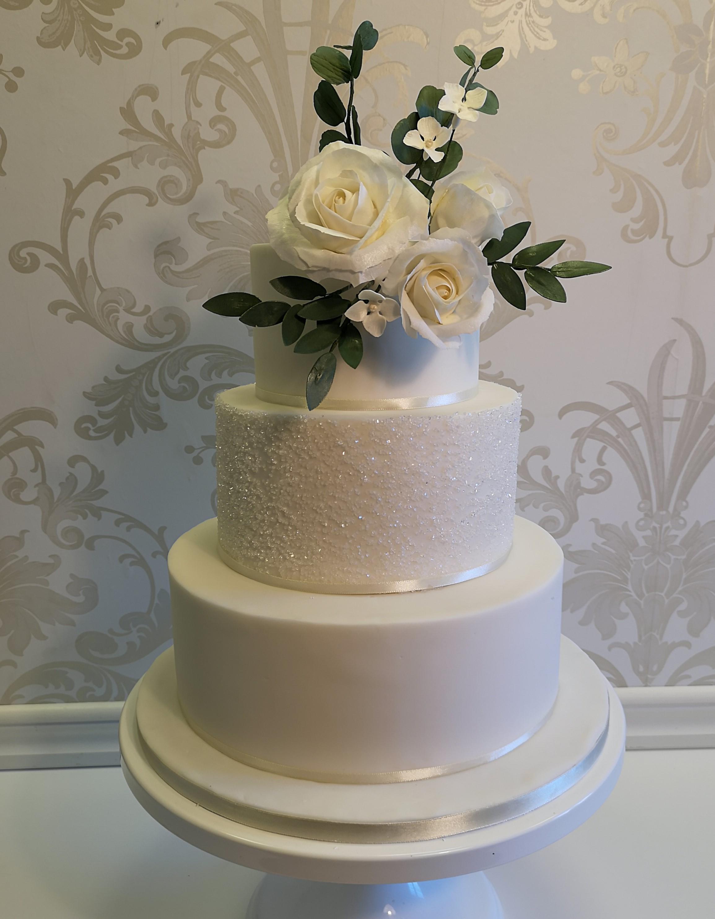 Catarina Esbjörnsson på Cake by Esbjörnsson gör Exklusiva Bröllopstårtor med handgjorda sockerblommmor som kan sparas som minne efter ert bröllop. Här finner ni några av mina tårtor.