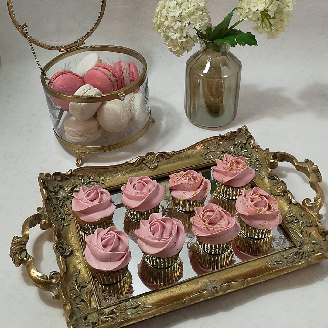 Minicupcakes - Våra små söta mini cupcakes, blir en liten mumsbit på festen eller Bröllopet.Minst 25 st 13 kr st