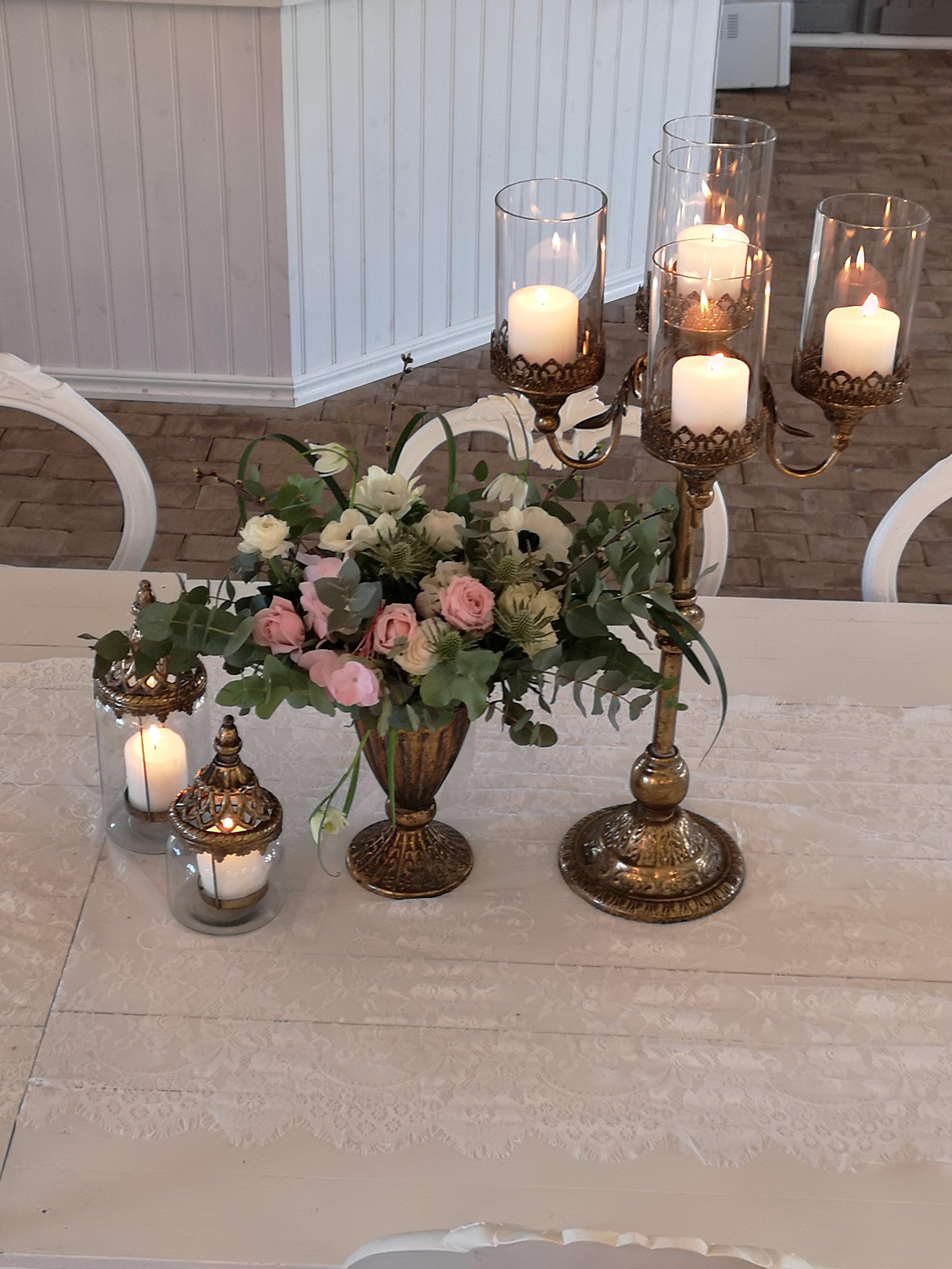 Hyr Hög vacker ljusstake ,kan även dekoreras med blommor i mitten då det är lätt att fästa en oasis att trycka i blommor och blad om man vill. 150 kr /styck eller fler än 4 st 100 kr st  Finns 8 styck guld & 4 styck silver.
