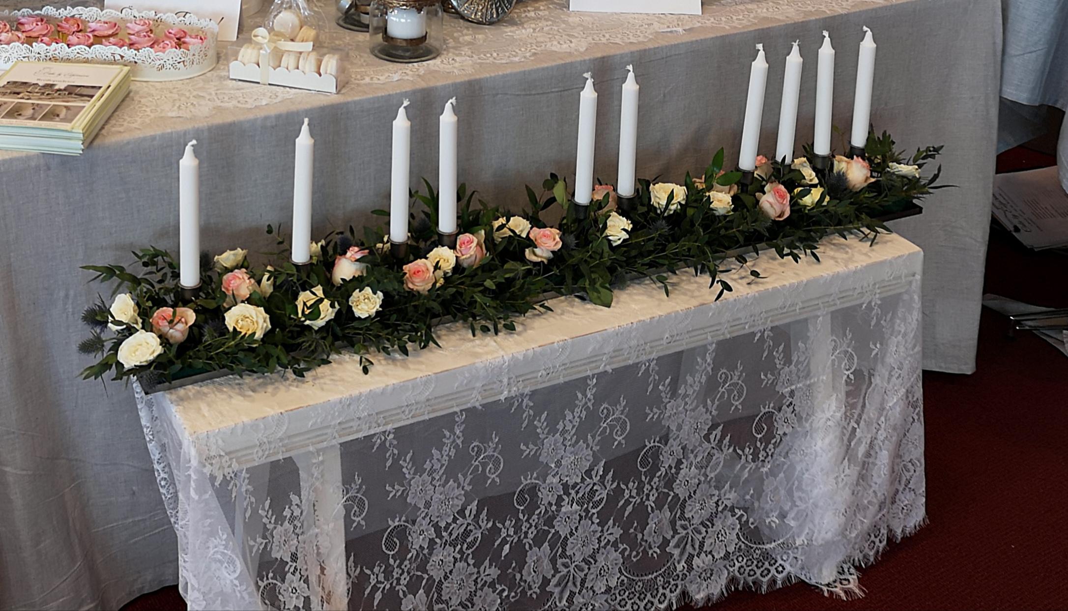 Hyr ljusstake som är helt otroligt vacker i mitten av bordet eller i framkant på honörsbordet , dekorera efter ert tema . Finns 12 st 120 cm långa , 100 kr styck eller alla 12styck för 1000 kr