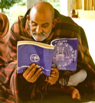 maharajji_reading_beherenow1.jpg