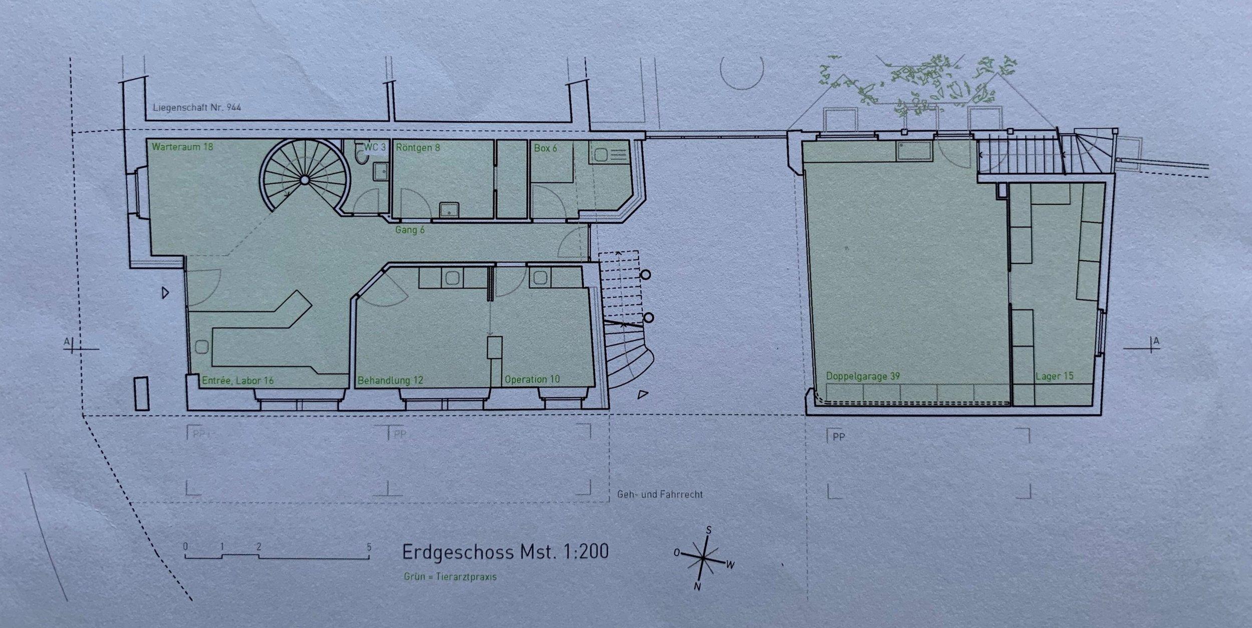Grundriss EG: links: Praxisräume - Mitte: Durchfahrt - rechts: Garage und Lagerraum