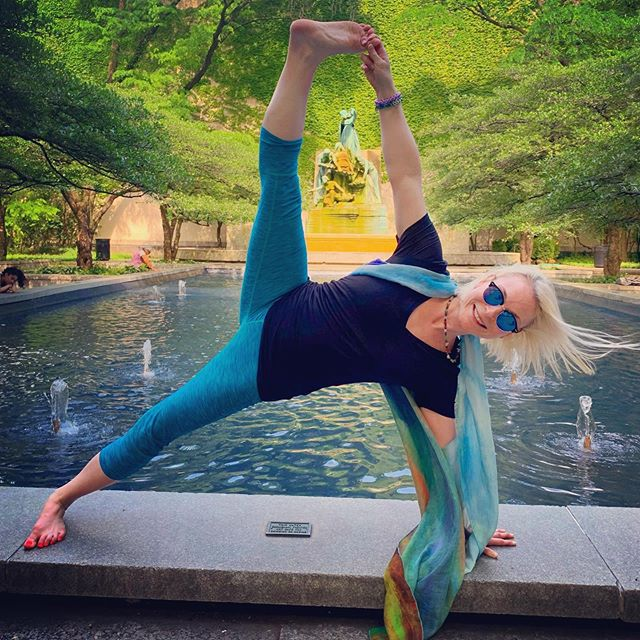 Summertime Chi ☀️I love this quiet little nook right off Michigan Avenue next to the #artinstituteofchicago 😃 I apparently loved it so much that I risked falling backwards into this fountain pool & spending the rest of the day with soggy yoga pants 😝 🤷🏼♀️ I managed to pull it off though👌🏼 ✨ #chicagoyogacommunity #yogatherapychicago #ilovesummer #sideplank #chicagomuseums
