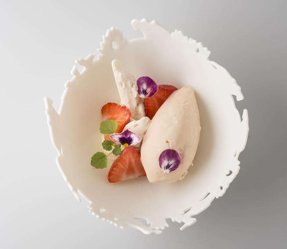Coupelle-ajouree-restaurant-Histoires-2©Jacques-Gavard-09-11-2016-Vacherin-glacé-à-la-rhubarbe-et-fraises-fraîches.jpg