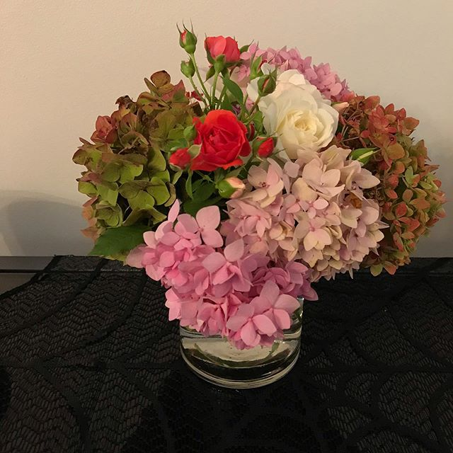 On preparation for the cold weather before the  Winter,  I decided to cut some of the last flowers if my garden to make a center piece. . . . . . . . #jeffreyramirezdesigns  #jeffreyramirez #interiordesigner #interiordesignersofinsta #interiordesignerslife #interiordesignercincinnati  #interiordesign #home #decor #interiors #homedesign  #decoration  #inspiration #interiordecor #interiorstyling #trendythursday #handmade #customdesign #instagood #style #contemporarydesign #highenddesign #homegarden #homegrownflowers