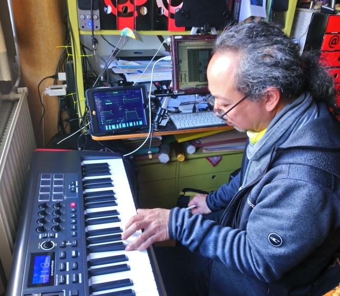 Renadi Santoso achter de synthesizer