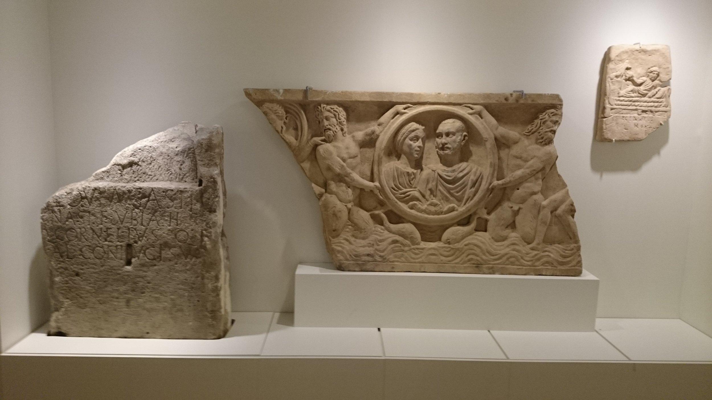 Verschillende grafmonumenten in het Allard Pierson. Links de grafsteen voor Louba, één van de sleutelstukken op de afdeling  Van Rome tot Romeins .