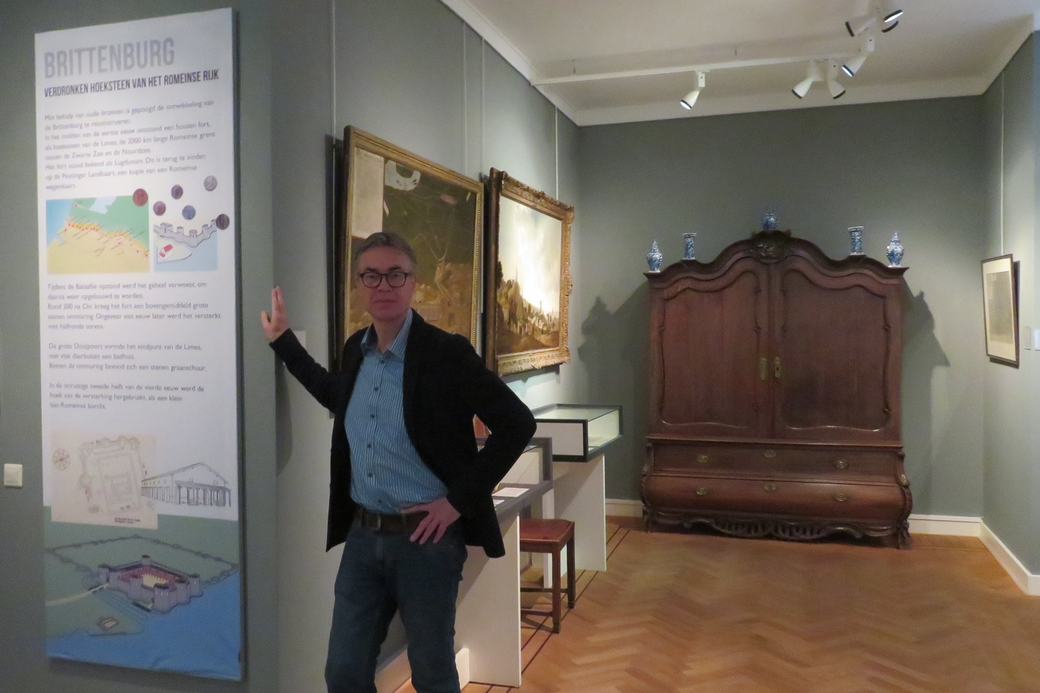 Tom Buijtendorp op de tentoonstelling in het Katwijks Museum