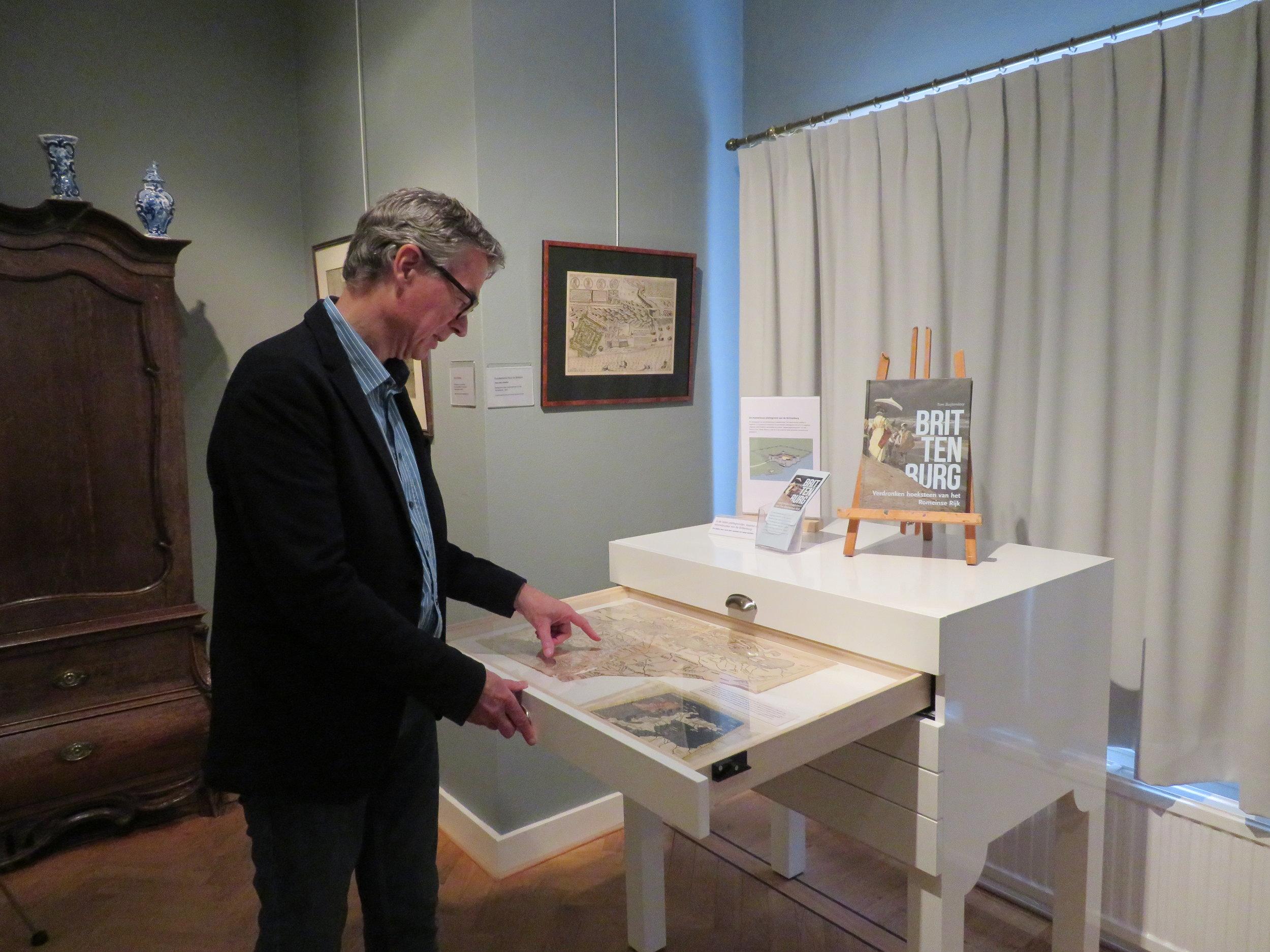 Tom Buijtendorp bij de ladekast met kaarten