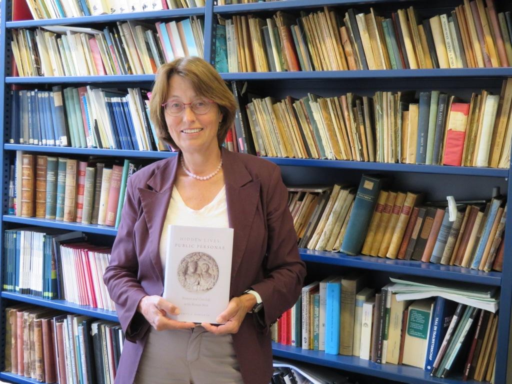 Emily Hemelrijk met één van haar uitgaves