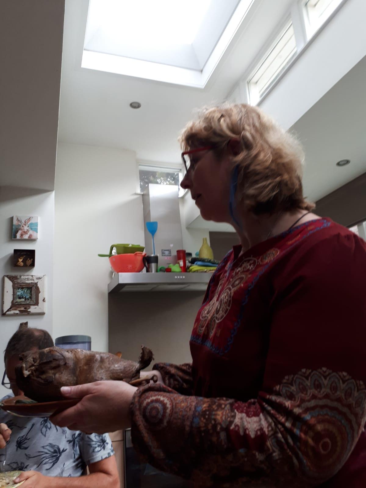 Claudia serveert de gans met kruidenpesto
