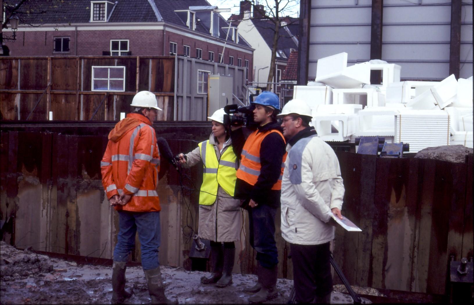 Tom Hazenberg geeft met wethouder Groenewegen een interview over het demonteren van het vrachtschip Woerden 7, foto Mart Scheer