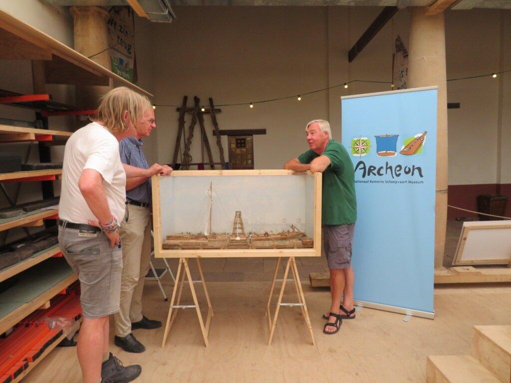 Tom Hazenberg en directeur Jack Veldman bij het schaalmodel van de Zwammerdam 2 gemaakt door Pieter van Dijkum