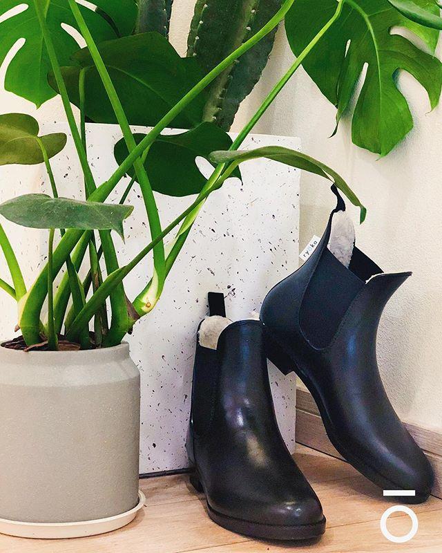 ryōka boots ❤️'s nature by using vegan leather. 🌿⛰🌳🌎🐳 . . . #ryōka #ryokaboots #boots #chelseaboots #sustainable #sustainablefashion #shoes #ecofriendly #upcycling #ryoka