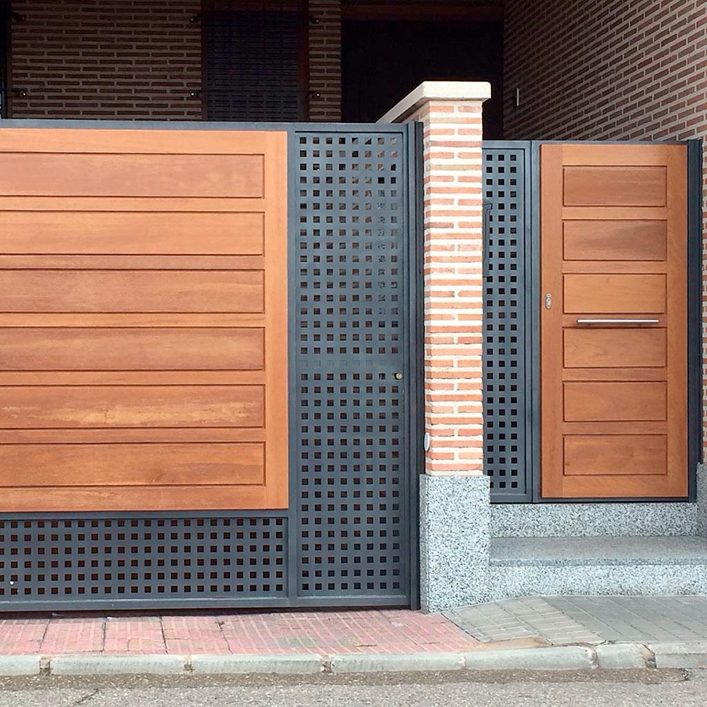 puerta_lateral_madera.jpg