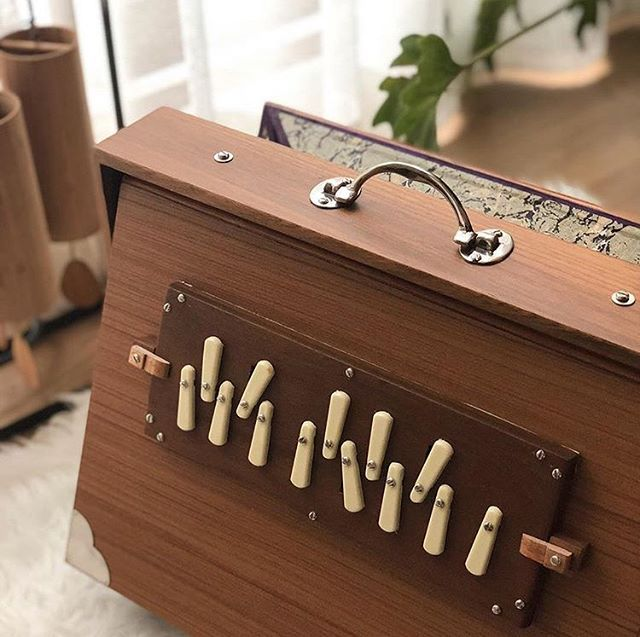 @sound_bath_seoul takes the prettiest shruti box closeups. Tell us, what are those wooden chime-like instruments in the background? Photo by @sound_bath_seoul . . . #shrutibox #soundhealing #soundbaths #soundhealingmeditation #vibrationalhealing #throatchakra #meditation #soundtherapy #shrutibox #energyhealing #findyourvoice #beyourownhealer #speakyourtruth #shrutisounds #findyourfrequency #freeyourvoice