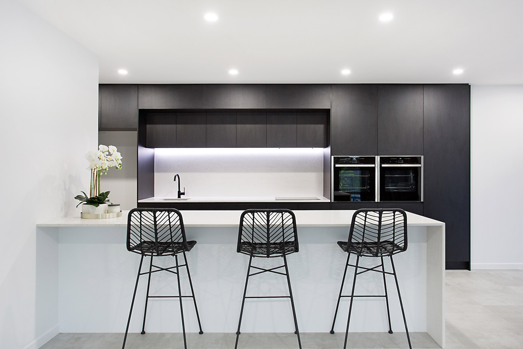 Modern black and marble kitchen