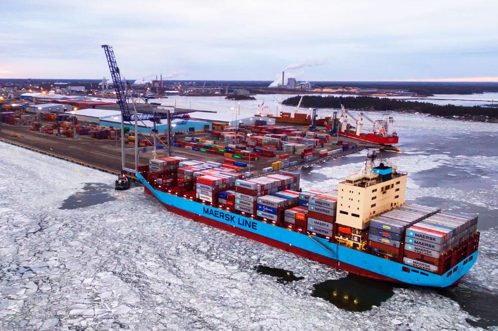 HUOLINTA - Huolintapalveluamme hoitaa Euroports Finland Oy:n huolintaosastot Raumalla ja Pietarsaaressa. Laivojen vienti- ja tuontilastien tiedot kulkevat aina huolinnan kautta. Huolintaosasto vastaa saapuvan ja lähtevän tiedon käsittelystä ja hallinnasta. Huolinta vastaanottaa asiakkailta tulevat tiedot, käsittelyohjeet ja niiden muutokset, jotka välitetään tuotanto-osastolle. Tuotannonohjauksen merkitys on tärkeässä roolissa, jotta asiakkaan logistinen prosessi etenee sujuvasti. Lastinkäsittelyn jälkeen laaditaan tarvittavat asiapaperit ja työ raportoidaan asiakkaalle. Jokaisella asiakkaalla on oma nimetty yhdyshenkilö, joka vastaa palvelun sujuvuudesta ja palvelukokemuksesta.