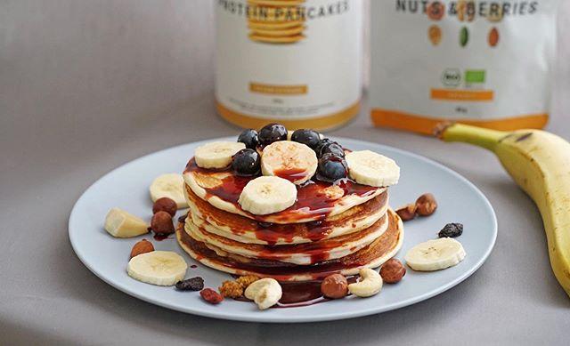 Live aus der LADYL!FE Küche!  #foodspring Protein-Pancakes 🥞 mit Blaubeeren und Bananen 🍌🐒 . 😍 Wer viel trainiert und auf eine gute Eiweisszufuhr achten möchte, hat mit diesen Pancakes eine tolle Möglichkeit gefunden! Sie schmecken so dezent süß und damit unglaublich natürlich. Wir haben unsere Pancakes mit natürlichem Dattelsirup gesüsst. Wer aber eine andere KALORIENARME Möglichkeit sucht, der schaut sich unseren nächsten Beitrag an. Damit kannst du absolut nichts falsch machen, wenn du Abnehmen möchtest. Deine Seele und dein Körper werden es dir danken. ❤️😍 🥞 🍌 🍇 🥜  Dieser Beitrag wird nicht von Foodspring bezahlt. #werbung #werbungweilmarkennennung  #foodspring #eiweiss #eiweiß #protein #lowcarb #lowcarbrecipe #lowcarbrezepte #pancakes #pancake #sweets #healthyfood #healthylifestyle #baselblogger #zurichblogger #foodlover #foodporn #foodpornography #abnehmen #fitness #fitnessgirl #banana #breakfast #frühstück #foodie #switzerland #frühstück #basel