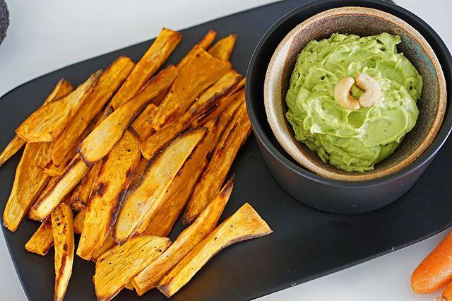 LIVE aus der LADYL!FE Küche!  Gesund essen hat einfach Stil. Es ist schnell, elegant und hochwertig. Und es ist so easy! 👱🏼♀️🌿🌱💚 Süßkartoffel-Pommes 🍠 mit Guacamole Dip 🥑 (natürlich kalorienarm mit wenig Fett im Backofen gemacht). 😍❤️ Perfekt für busy #workingwomen.  Guacamole: 🥑 + 🍋 + 🧂/ Pfeffer + #knoblauch  #gesunderezepte #gesundessen #lowcarb #fitness #fitnessfood #süßkartoffel #süßkartoffelpommes #avocado #guacamole #fitnessgirl #abnehmen #essen #lecker #healthyfood #healthylifestyle #foodporn #womenfitness #womensfitness  #baselblogger #basel #switzerland #europefood #swissfood #swissfoodies #foodie #gesundheit #warmeküche
