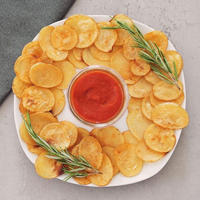 LIVE aus der Lady L!FE Küche!  Mädelsabend und Netflix? Das darf auch mal sein. ❤️ Wer sich dabei aber auch noch etwas leckeres gönnen möchte, dem empfehlen wir folgendes: Frische selbstgemachte Kartoffelchips mit etwas Olivenöl, Knoblauch, Salz, Pfeffer und geräuchertem Paprikapulver. FETTARM und ohne Zusatzstoffe. Dazu gibt es einen selbst gemachten dezent pikanten Paprika Dip (Ajvar) mit gegrillter Paprika zubereitet. 🌶 Der Paprika Dip schmeckt unglaublich gut, ist eine pure Vitamin C Bombe und gleichzeitig wahnsinnig kalorienarm. ❤️😍 Übrigens kann man auch anstatt Paprikachips auch super easy Salt & Balsamico Chips oder Sour Cream Chips selbst machen! ☺️👍🏼 Gesund snacken kann so einfach sein! Das empfehlen wir allen unseren Mitgliedern im Rahmen ihres Trainings. Ein gesunder Lebensstil kann so einfach sein!  #healthyfood #healthylifestyle #fitnessfood #lowcarb #snacks #gesunderezepte #gesundessen #gesundesessen #kartoffeln #chips #selbstgemacht #homemade #netflix #vegan #veganfood #vegetarischerezepte #fitness #healthclub