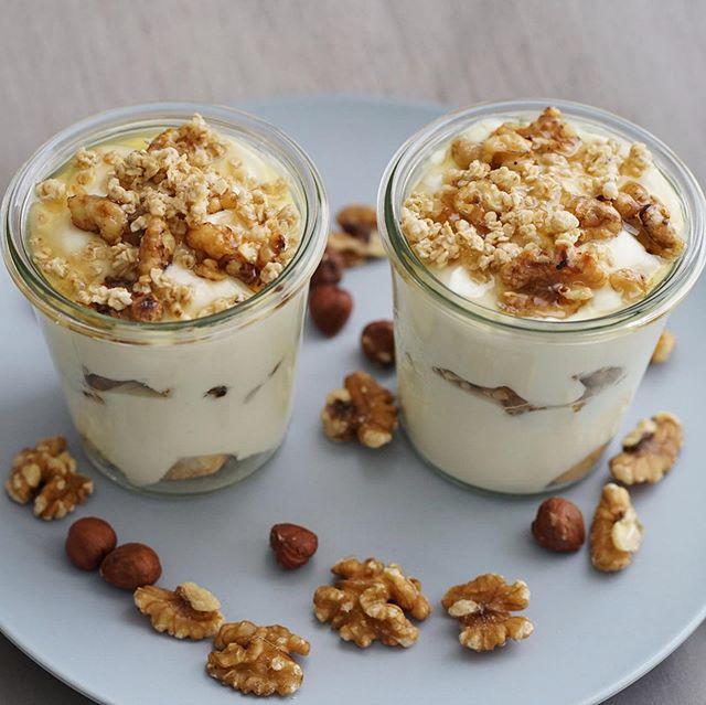 Griechischer Joghurt mit Honig  und kandierten Walnüssen! 🇬🇷 🍯 🥜 💛 Ein super Dessert, wenn man sich und seinen Gästen etwas gönnen will! Natürlich kannst du dieses Dessert an deine Bedürfnisse anpassen und es zu einem super low-carb-and-calories Dessert machen! Wie? Folgendermaßen: Süsse den Joghurt beispielsweise mit Stevia, lasse den Honig aus oder nehme etwas weniger davon. Lavendelhonig ist sehr mild und eignet sich für dieses Dessert wunderbar. 👌🏼🍯 #healthyfood #healthylifestyle #honey #honig #walnüsse #lowcarb #fitnessfood #gesundessen #gesundabnehmen #abnehmen2019 #rezeptezumabnehmen #abnehmen #healthysweets #switzerland #foodinspiration #basel
