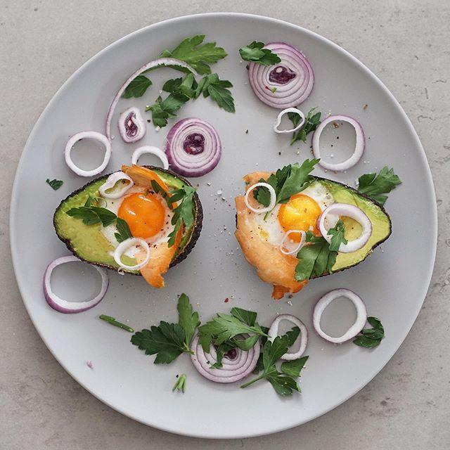 Super einfaches LOWCARB Frühstück! 😍 Eier 🍳 und Räucherlachs, gebacken in  Avocados. 🥑 Geschmacklich wirklich ein Traum - probiert es unbedingt aus. Wir haben es sehr genossen. Wer von euch kennt es schon? ☺️❤️ #lowcarb #frühstück #fitfood #foodporn #lowcarbbreakfast #lowcarbbreakfastideas #lowcarbfrühstück #eier #eggs #bakedsalmon #räucherlachs #avocado #avocadorecipes #creativekitchen #funnyfood #iloveeggs #healthylifestyle #healthyfood #healthyfoodrecipes #foodpornography #basel #zurich #fitness #gesundheitszentrum #ladylifetraining #ladylifetrainingbasel #lowcarbrezepte #lowcarblove #vitaminbombe