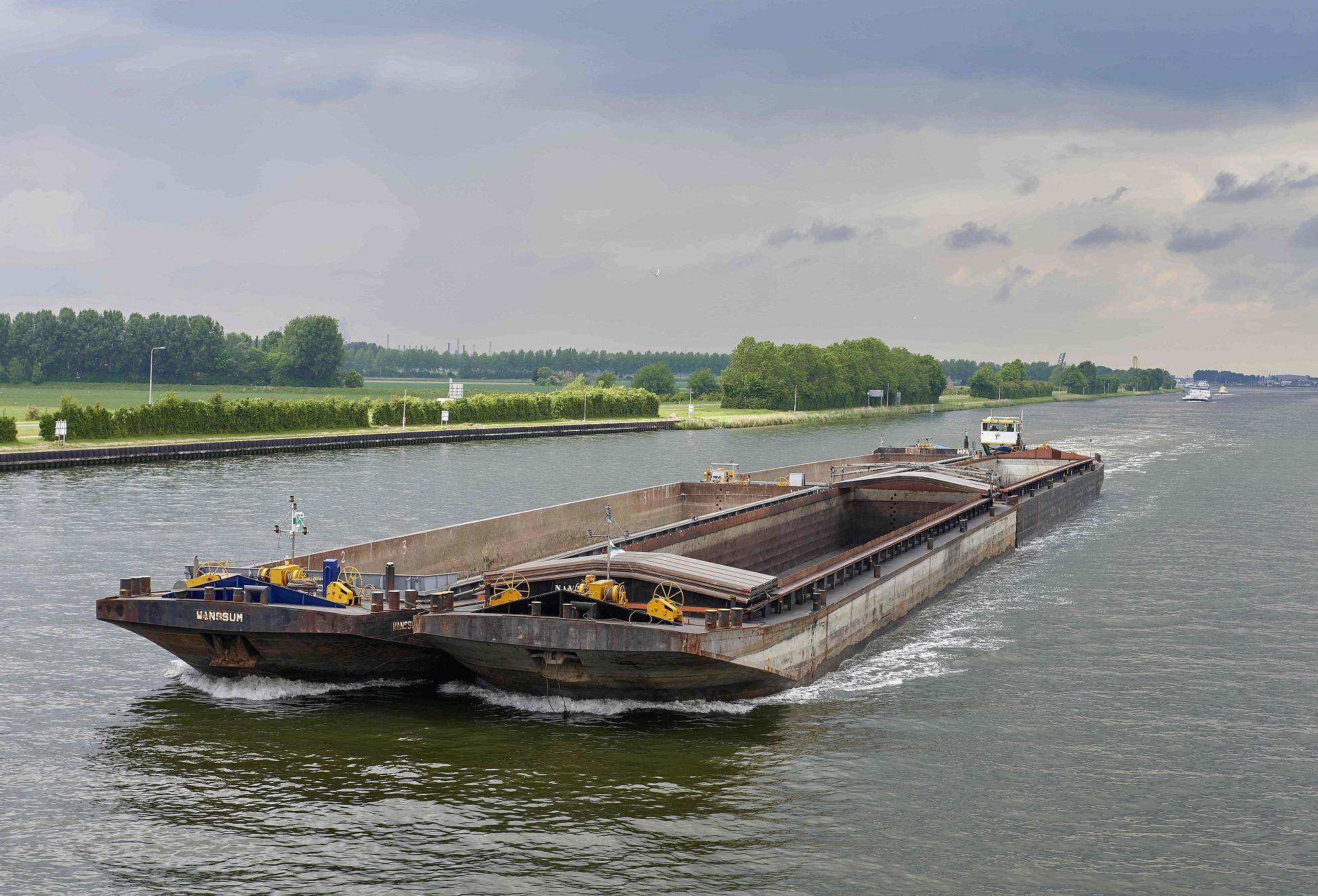 Danique F met 4 duwbakken op zeeland 102 1950px.jpg