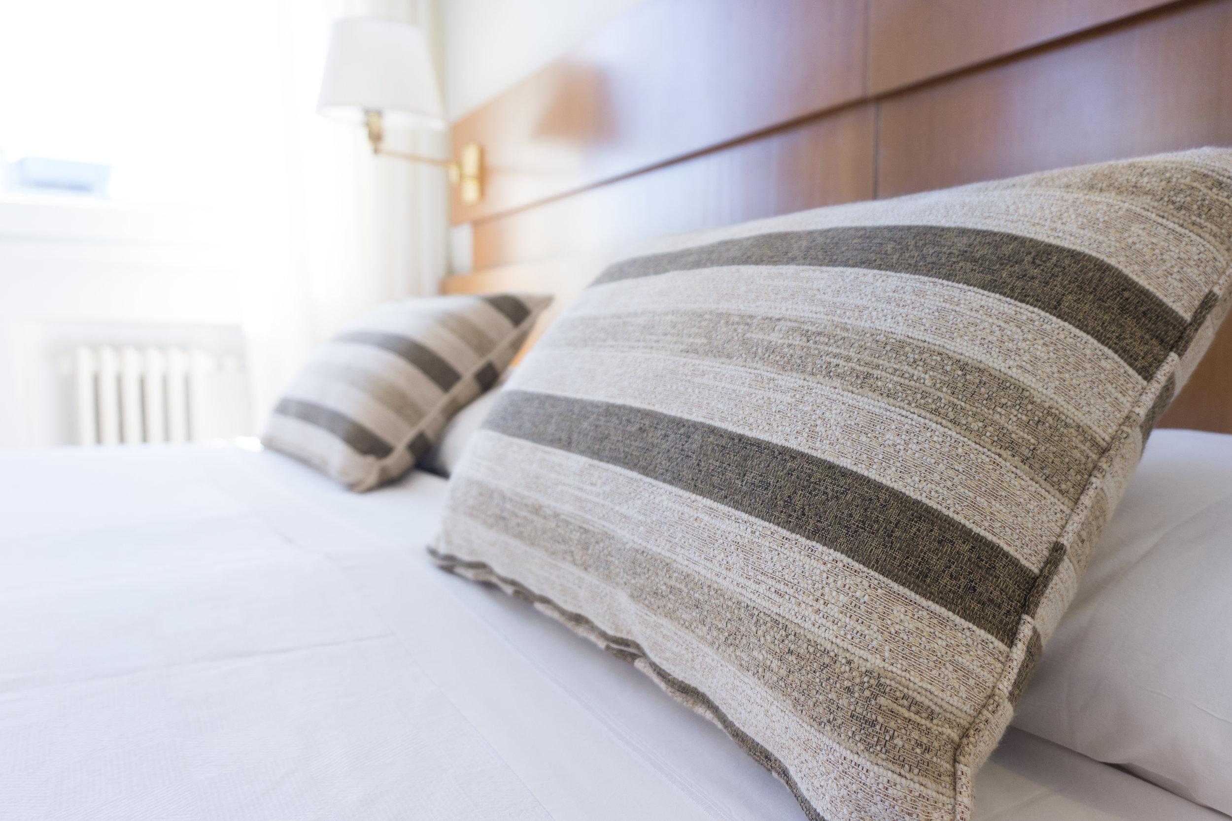 Air DTOX vous propose son concept de chambres hypoallergènes pour assurer un séjour confortable à vos clients. - Ces chambres assurent une meilleure qualité de l'air grâce à leur aménagement et leur équipement, afin de réduire considérablement les symptômes allergiques. Nos appareils assainissent et purifient l'air ambiant, pour permettre à vos clients de dormir sur leurs deux oreilles.