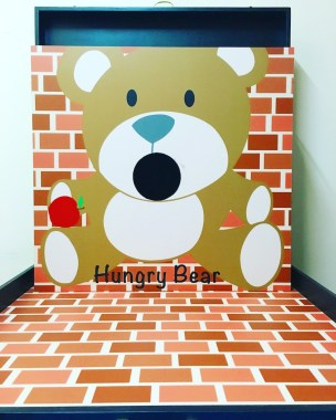 Feed this hungry bear to the best of your ability and win prizes for feeding the bear and turn him into a full bear