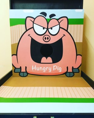 Stuff up the pig with all the food possible to win attractive prizes! Just feed the pig with as much food as possible